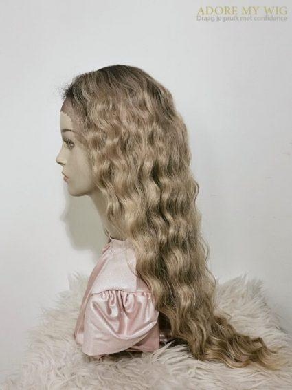 Blonde krullen pruik van Adore My Wig