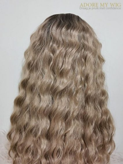 Close-up structuur curly lace frontal pruik blond